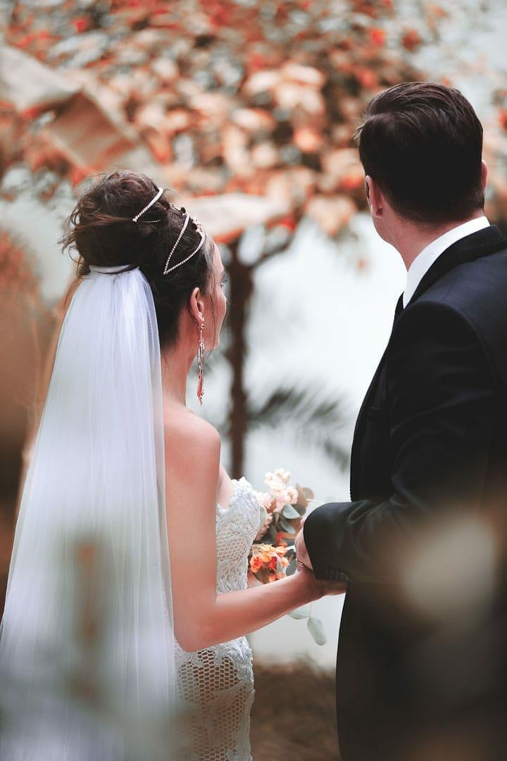 fotografia instantanea de momento entranable de pareja recien casados en jardin del hotel na xamena de ibiza