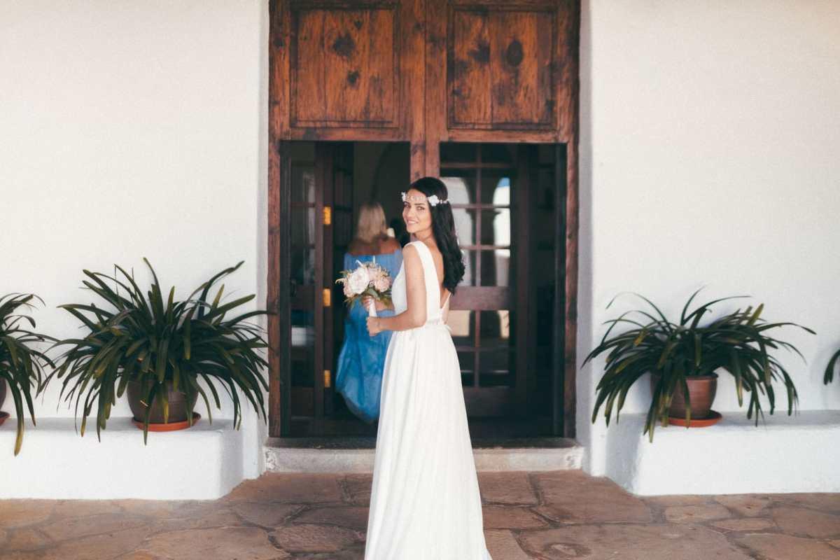 imagen instantanea de novia en el momento antes de entrar a la iglesia de sant miguel para casarse