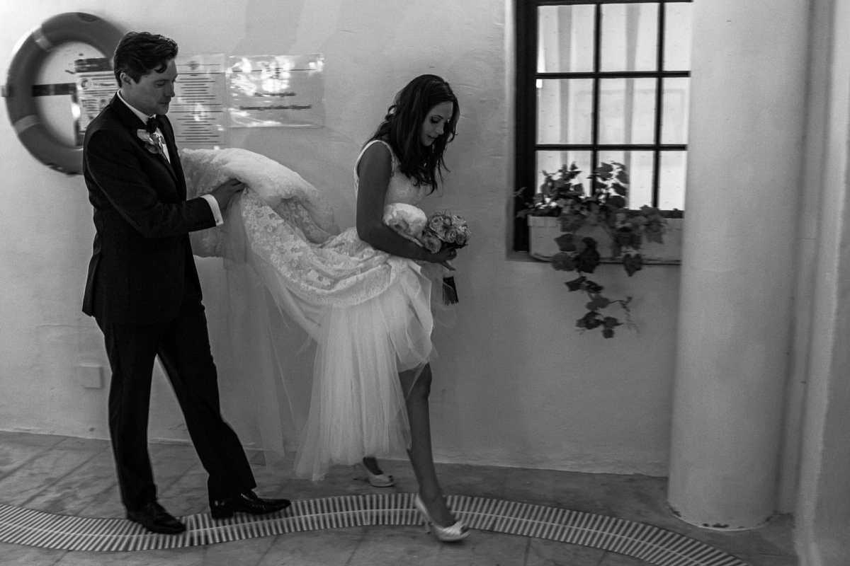 momento complicidad de pareja recien casada caminado en la piscina del hotel na xamena de ibiza.fotografia bea bermejo photographer ibiza 2020
