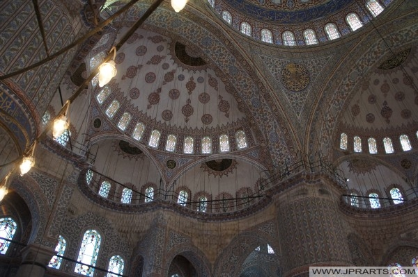 Il soffitto di una delle molte moschee di Istanbul, Turchia