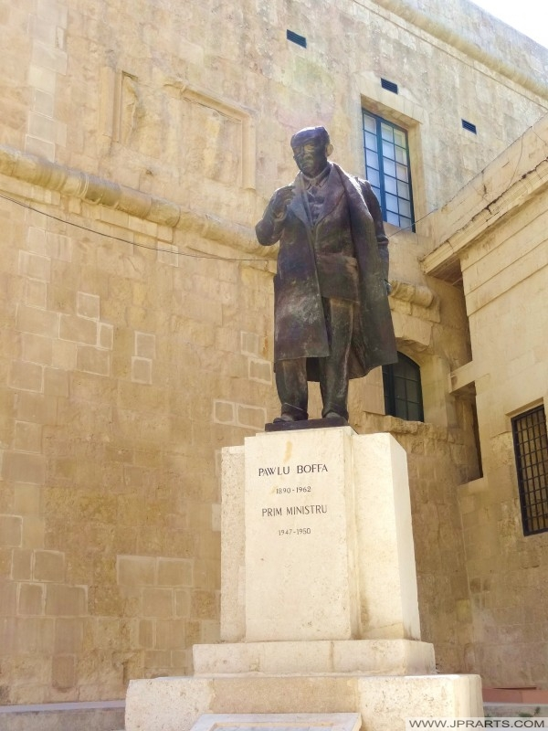 Estatua de Pawlu Boffa, el primer ministro de Malta 1947-1950 (Valletta, Malta)