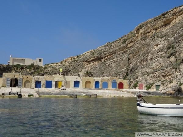 Maisons de bateau dans Dwejra (Gozo, Malte)