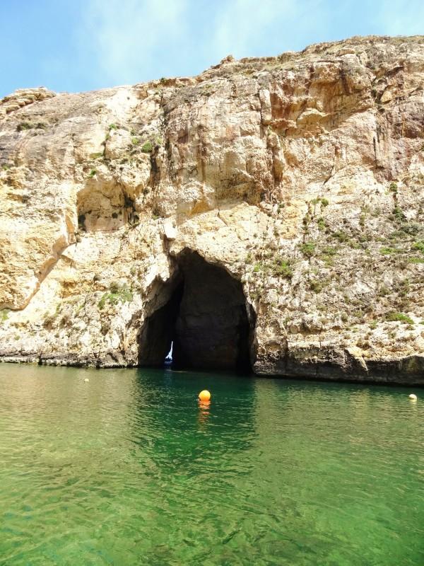 Luonnollinen tunneli, joka yhdistää sisämeri Il Qawra Välimeren (Dwejra kohta, Gozo Malta)