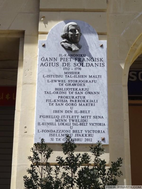 Placa en honor de Canon Gann Piet Frangisk Agius de Soldanis, el padre de la historiografía de Gozo
