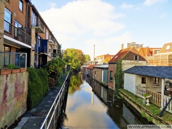 Häuser an einem Kanal in Maassluis, die Niederlande