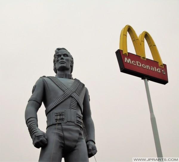 Statue von Michael Jackson bei McDonald's in Best, Niederlande