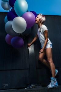 Girl mit kurzen Haaren und vielen bunten Luftballons
