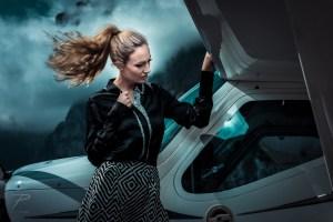 Girl mit einmotorigem Propeller Flugzeug