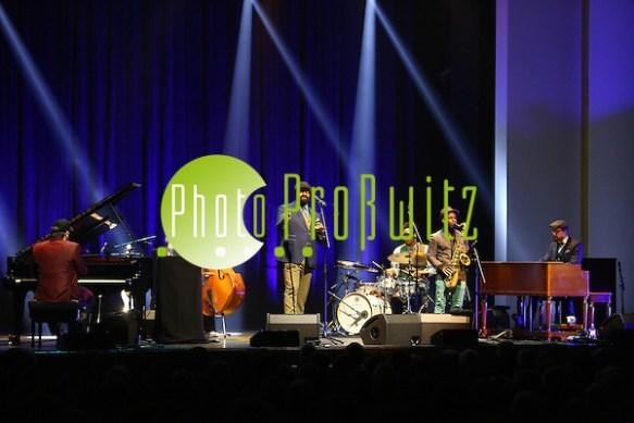 Ludwigshafen. 21.11.16 BASF Feierabendhaus. Konzert mit Gregory Porter. Er ist ein US-amerikanischer Sänger und Komponist des Jazz mit Einflüssen von Soul, Gospel und Rhythm & Blues. Porters Markenzeichen ist eine dunkle Ballonmütze über einem Schlauchschal, der den gesamten Kopf, mit Ausnahme des Gesichtes, verhüllt. Bild: Markus Prosswitz 21NOV16 / masterpress (Bild ist honorarpflichtig - No Model Release!) (Markus Prosswitz / masterpress)