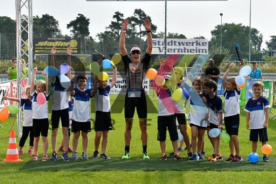Sebastian Kienle kommt als erstes ins Ziel beim Viernheim Triathlon, BASF Triathlon Cup 2017. Foto © PIX-Sportfotos *** Foto ist honorarpflichtig! *** Auf Anfrage in hoeherer Qualitaet/Aufloesung. Belegexemplar erbeten. Veroeffentlichung ausschliesslich fuer journalistisch-publizistische Zwecke. For editorial use only. (PIX-Sportfotos/Michael Ruffler)