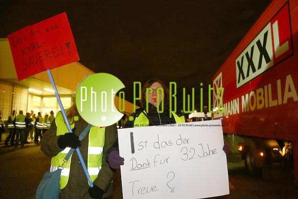 """Mannheim. 03.02.16 Am Mittwochmorgen, zwischen 6 und 9.30 Uhr, protestierten rund 50 Mitarbeiter der XXXL-Möbelgruppe vor dem Lager in der Mannheimer Spreewaldalle auf der Vogelstang gegen den vom Unternehmen angekündigten Abbau von 99 Stellen. Die Demonstranten hatten sich vor ihrem ehemaligen Arbeitsplatz, von dem sie am Montag freigestellt wurden, versammelt, um gegen das Vorgehen ihres Arbeitgebers zu protestieren. Viele trugen Plakate um den Hals, auf denen das Wort """"Mensch"""" stand. Bild: Markus Prosswitz 03FEB16 / masterpress (Bild ist honorarpflichtig - No Model Release!) (Markus Prosswitz / masterpress)"""