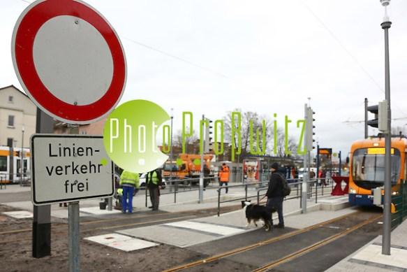 Mannheim. 12.01.15 Feudenheim. Nach neunmonatigem Umbau ist seit heute Morgen, 6 Uhr, die Stadtbahn-Wendeschleife der RNV in Mannheim-Feudenheim wieder in Betrieb. Für 6,7 Millionen Euro wurde unter anderem die Haltestelle barrierefrei ausgebaut. Um 10 Uhr wird der Erste Bürgermeister, Christian Specht, die Endhaltestelle am Martin-Lutz-Platz wiedereröffnen. Bild: Markus Proßwitz 12JAN15 / masterpress (Bild ist honorarpflichtig) (Markus Prosswitz / masterpress)