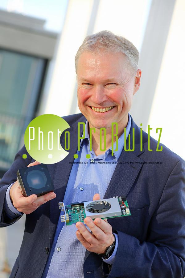 Machine-Vision-Anbieter Basler AG. Dr. Klaus-Henning Noffz, Klaus-Henning Noffz zeigt das Basler CoaXPress Evaluation Kit boost