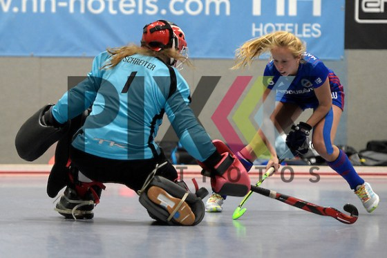 GER - Mannheim, Germany, January 15: During the women hockey match between Mannheimer HC (blue) and TSV Mannheim (red) on January 15, 2017 at Irma-Roechling Halle in Mannheim, Germany. Final score 1-1 (HT 1-1).  Greta Lyer #10 of Mannheimer HC, Friederike Schreiter #1 of TSV Mannheim Foto © PIX-Sportfotos *** Foto ist honorarpflichtig! *** Auf Anfrage in hoeherer Qualitaet/Aufloesung. Belegexemplar erbeten. Veroeffentlichung ausschliesslich fuer journalistisch-publizistische Zwecke. For editorial use only. (PIX-Sportfotos /Dirk Markgraf)