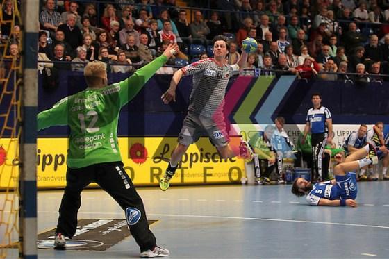 Fuechse Berlins Hans Lindberg (Nr.18) gegen TBV Lemgos Nils Dresruesse (Nr.12)     im Spiel TBV Lemgo - Fuechse Berlin. Foto © PIX-Sportfotos *** Foto ist honorarpflichtig! *** Auf Anfrage in hoeherer Qualitaet/Aufloesung. Belegexemplar erbeten. Veroeffentlichung ausschliesslich fuer journalistisch-publizistische Zwecke. For editorial use only. (PIX-Sportfotos/Marcus Hirnschal/PIX-Sportfotos.de)
