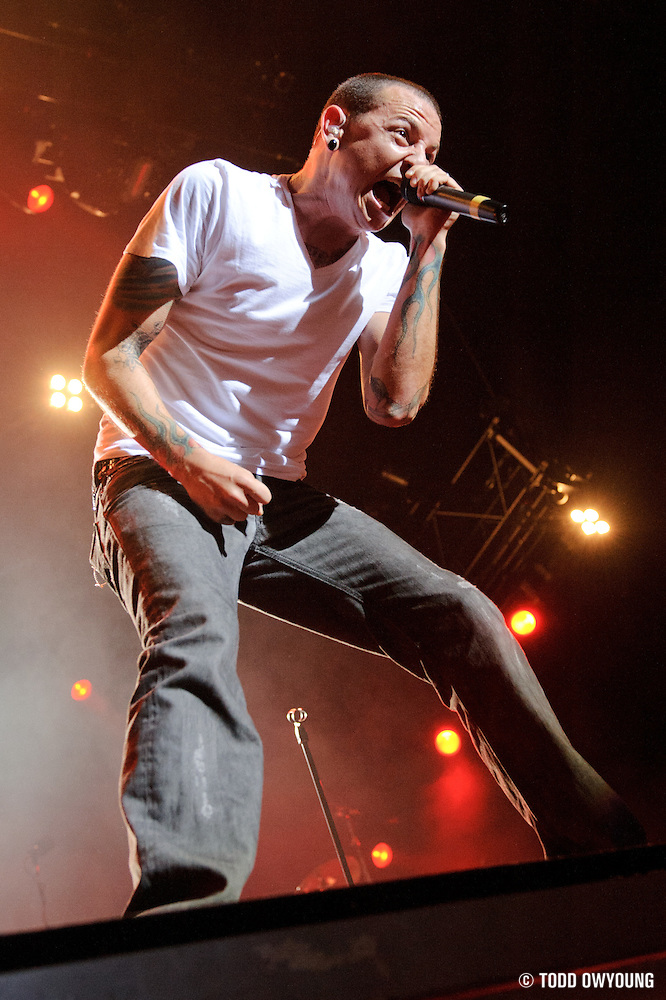 Linkin Park performing on the Projekt Revolution Tour 2008 in St. Louis, Missouri on August 28, 2008. (© Todd Owyoung)