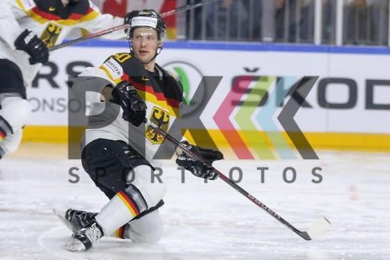 Deutschlands Hager, Patrick (Nr.50) steht auf beim Spiel der IIHF 2017 WM, Deutschland - Schweden. Foto © PIX-Sportfotos *** Foto ist honorarpflichtig! *** Auf Anfrage in hoeherer Qualitaet/Aufloesung. Belegexemplar erbeten. Veroeffentlichung ausschliesslich fuer journalistisch-publizistische Zwecke. For editorial use only. (PIX-Sportfotos/Sascha Schneider)