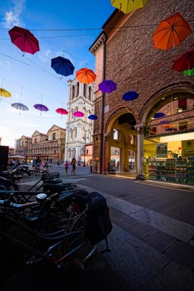 Ombrelli in centro a Ferrara