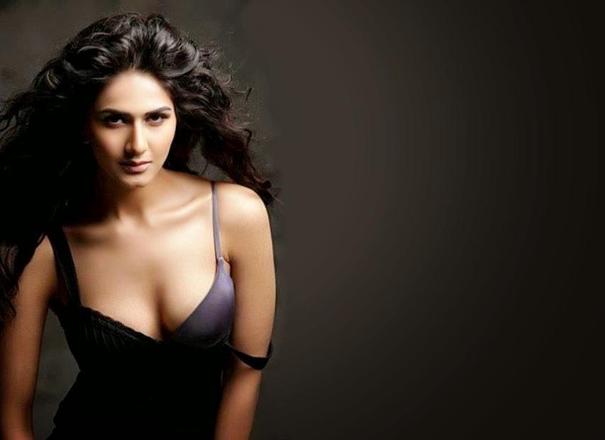 Vaani Kapoor hot Cleavage pics