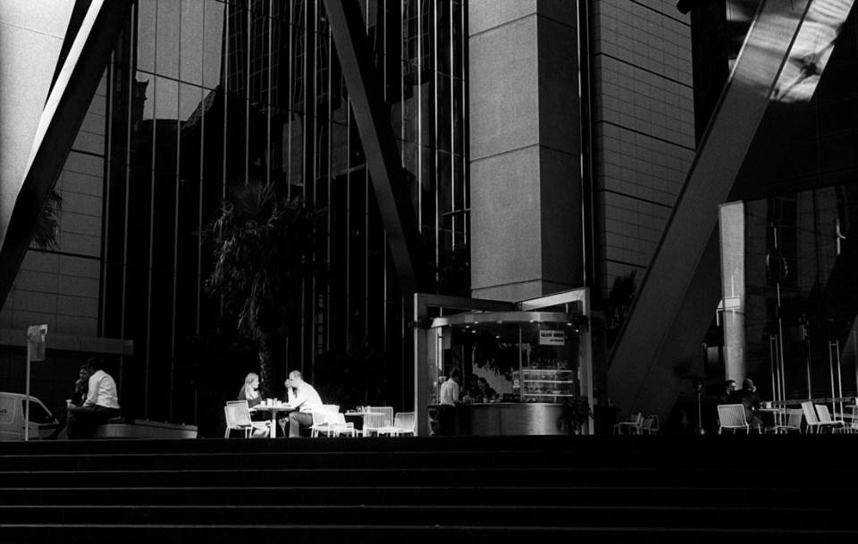 Coffee in the sun | Leica M3 | Leitz Summicron 5cm f/2 DR | Ilford HP5 Plus