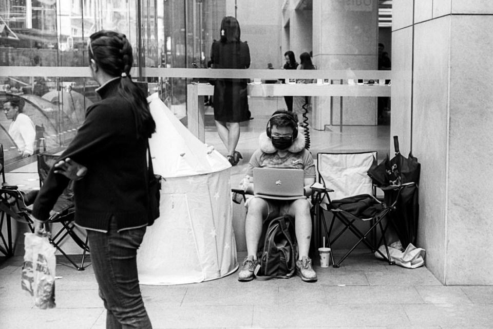 Apple queue| Leica M3 | Leitz Summicron 5cm f/2 DR | Kodak Tri-X
