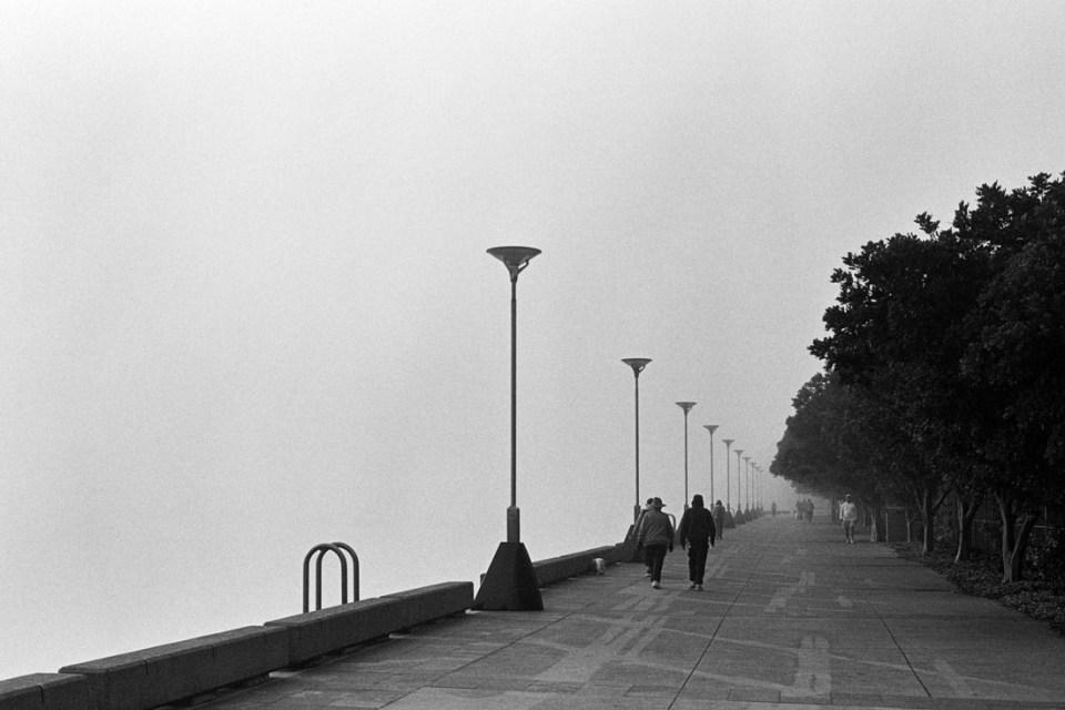 People walking near fog | Nikon F100 | Nikkor 50mm 1:1.8 AF-S G | Ilford HP5 Plus