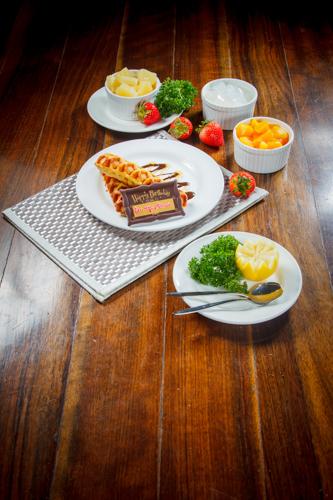 【朱古力窩夫生日甜品配鮮果及椰果】的餐飲業界向產品