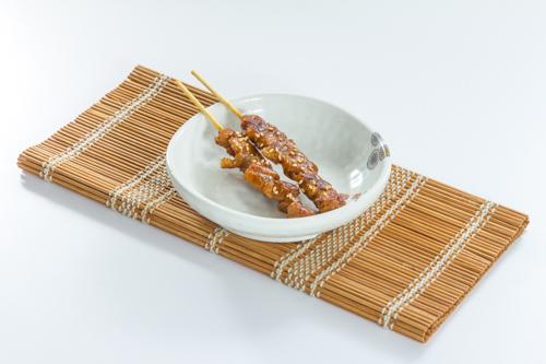 【兩串日式胡麻雞肉串燒】專業食物攝影師的圖片庫