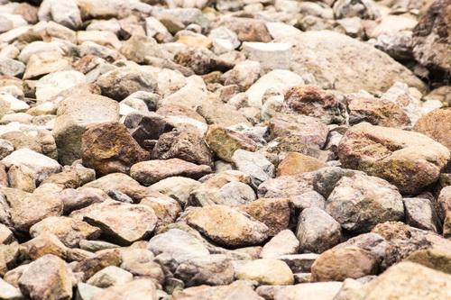 大小の石の山