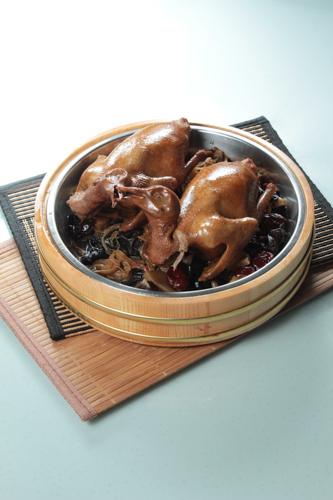 【木盤雲耳豉油燜燒乳鴿】專業食物攝影師的圖片庫