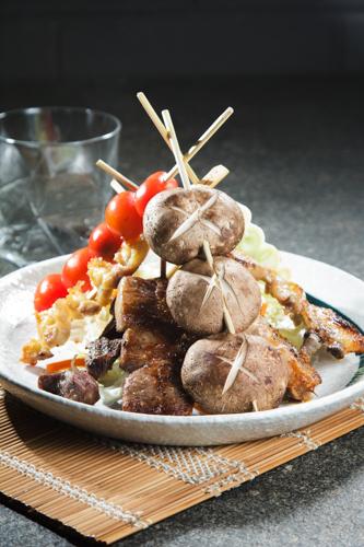【和風居酒屋日式冬菇雞翼蕃茄蕃薯仔串燒拼盤】可以簡單輕鬆下載的食物相