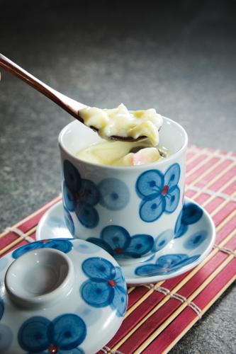 【用匙羹潷起日本料理店茶碗蒸蛋】可以簡單輕鬆下載的食物相