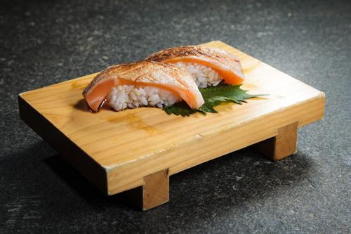 【兩件火炙三文魚腩壽司】可以簡單輕鬆下載的食物相