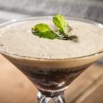 ミントの葉と泡立つアイスコーヒーの背の高いグラス