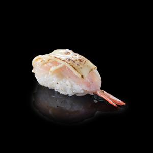 火炙芝士蝦壽司 黑色背景倒影版本的去背退地食物素材相片