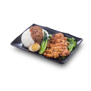 酥炸雞扒滷水蛋肉燥飯的去背退地食物素材相片