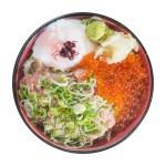 蔥切金槍魚三文魚子蛋丼飯的去背退地食物素材相片
