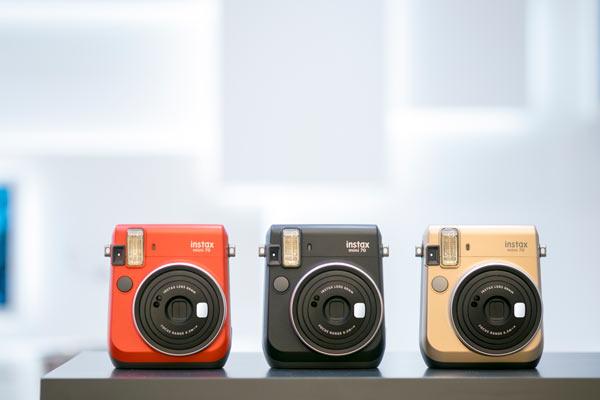 Fujifilm, L'INSTAX MINI 70 en trois nouvelles couleurs (de gauche à droite): Rouge passion, Noir obscur, et Or stellaire