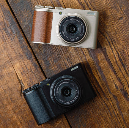 FUJIFILM XF10: Champagne Gold (top), Black (bottom)