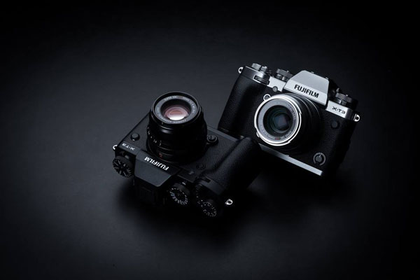FUJIFILM X-T3 (left to right): black and silver