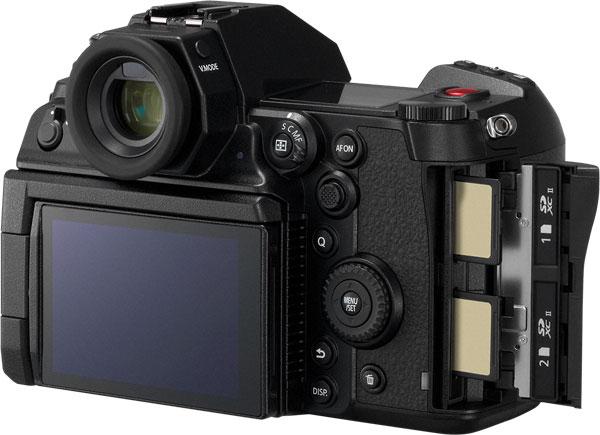 Panasonic LUMIX S1H: A double SD Memory Card slot