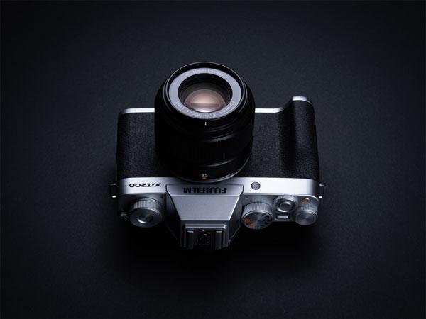 Fujifilm X-T200, silver, with FUJINON XC35mmF2 lens