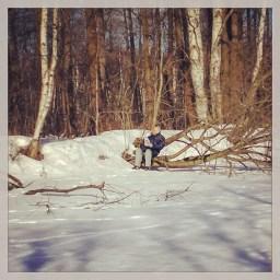 Офигел. Чел сидит и читает газету. По среди леса. #photo #portret #forest #sun #spring #фото #портрет #солнце #весна