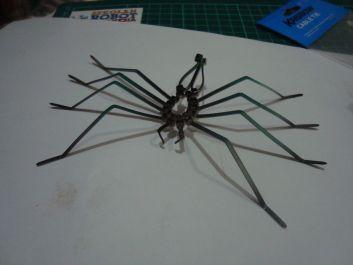 nhện làm bằng dây rút nhựa