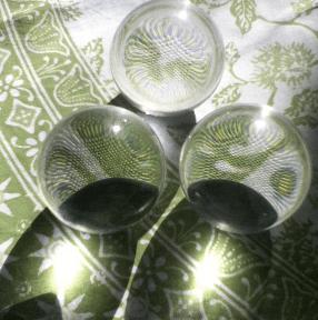 Wie leuchtet Sonnenlicht durch eine Glaskugel?