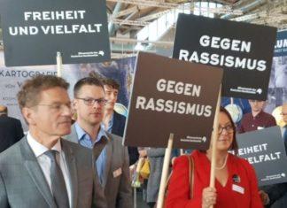 Börsenvereins-Geschäftsführer Alexander Skipis (ganz links) demonstriert auf seiner eigenen Veranstaltung gegen einen zahlenden Standbetreiber, den Antaios-Verlag.