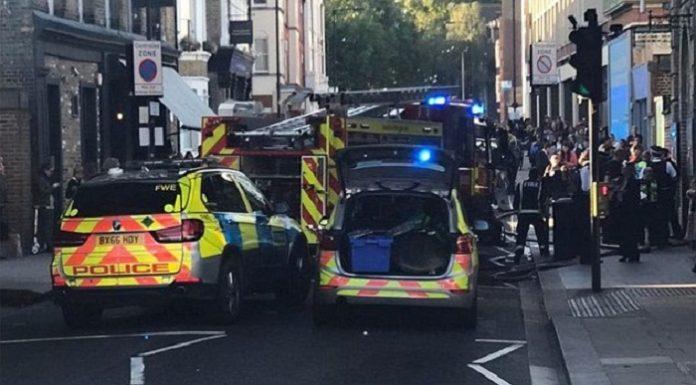 Polizei- und Krankenwagen am Ort, wo die Feuerbombe explodierte.