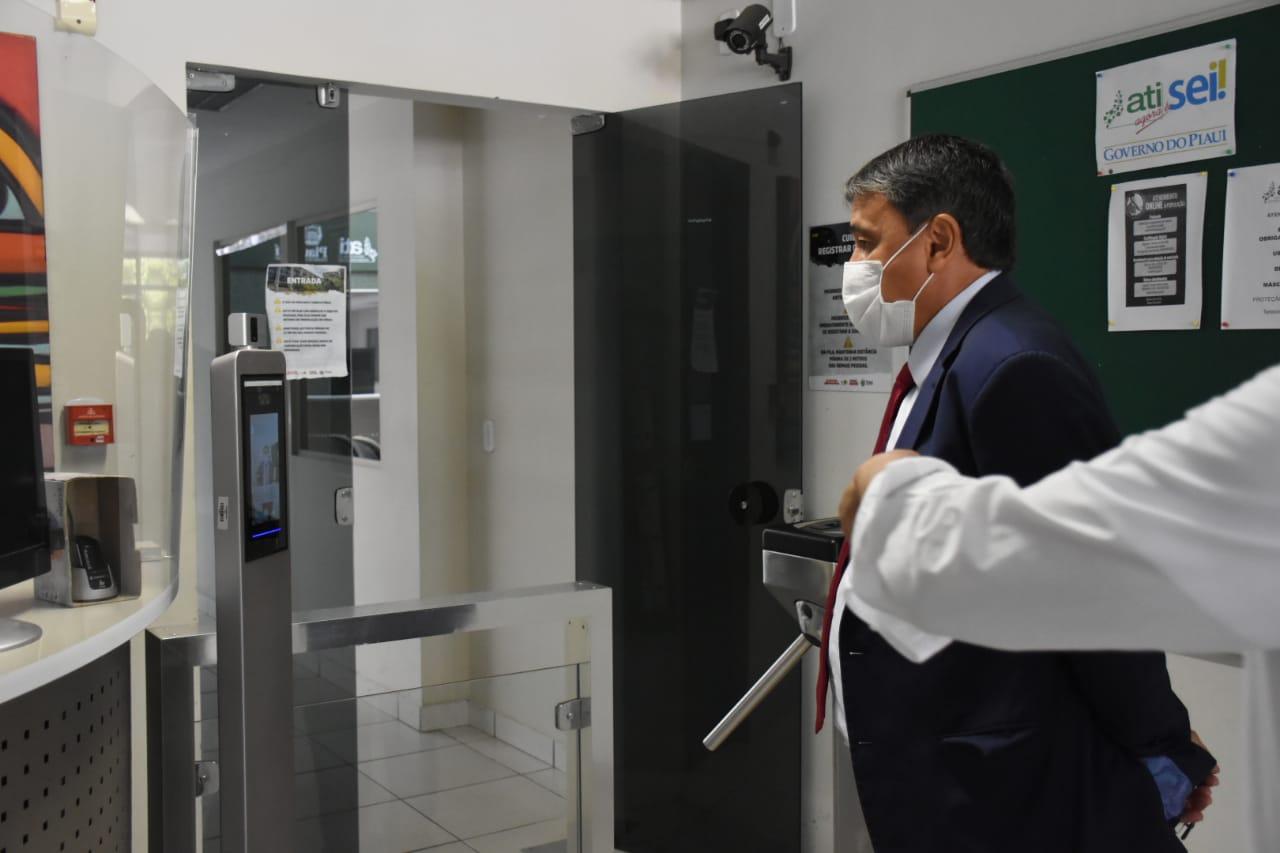 """Wellington Dias renova certificação digital: """"Queremos um estado livre do papel"""""""