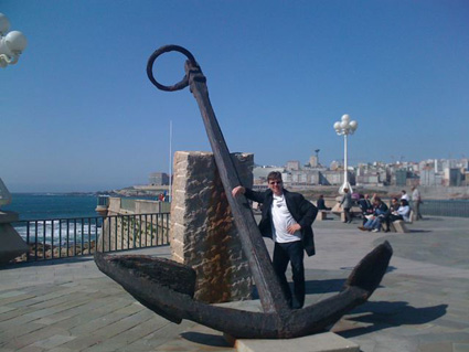 Robert Bekkers posing on an outdoor sculpture in La Coruna