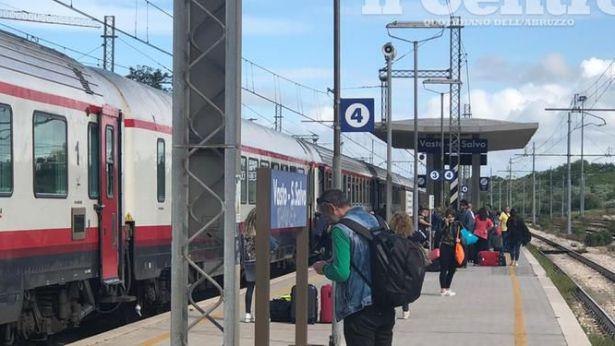 Il Frecciabianca fermo alla stazione Vasto-San Salvo